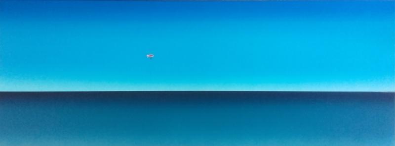 Schilderij met gestileerde blauwe zee en iets lichterblauwe lucht met als klein detail een rood met wit gestreepte zeppelin