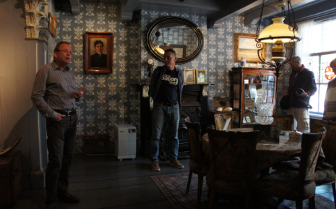 Gids vertelt tijdens de markante Monumentenwandeling over Betzy Akersloot-Berg in de salon van het museum