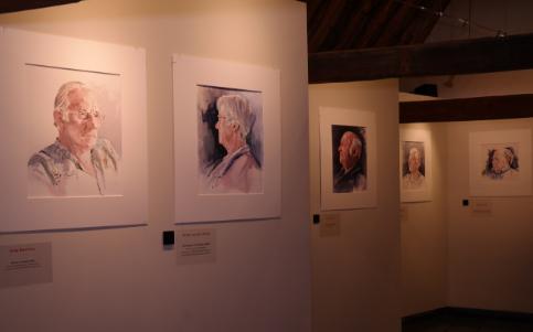 Overzicht deel van de portretten van de tentoonstelling Portret van Vlieland