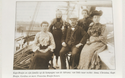 Foto van de familie Gerrit Bruijn op de kampagne van fregat Adriana