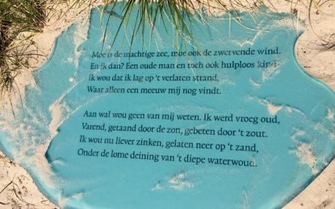 Blauw glaspaneel met fragment gedicht van Slauerhoff