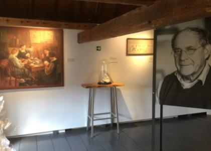 Overzicht van gedeelte expositie Kijk mijn kunstwerk, kunst met portretfoto van de eigenaar