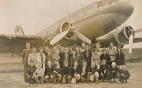 Schoolreis klas Vlieland 1951, klas staat voor vliegtuig. Links in donker jasje met rits Liesbeth List