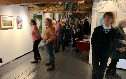 Foto van de opening van de tentoonstelling Vlielander Amateurs.