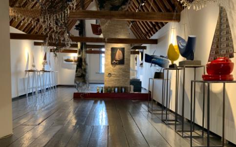 Overzichtsfoto van de tentoonstelling van Ludo van Well op de tentoonstellingszolder van museum Tromp's Huys